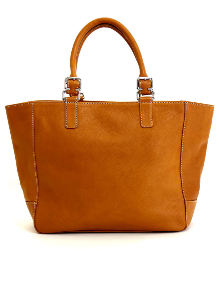 LUMI Jutta East West Tote, in cognac. This bag fits everything you need for work, school and spontaneous travel.