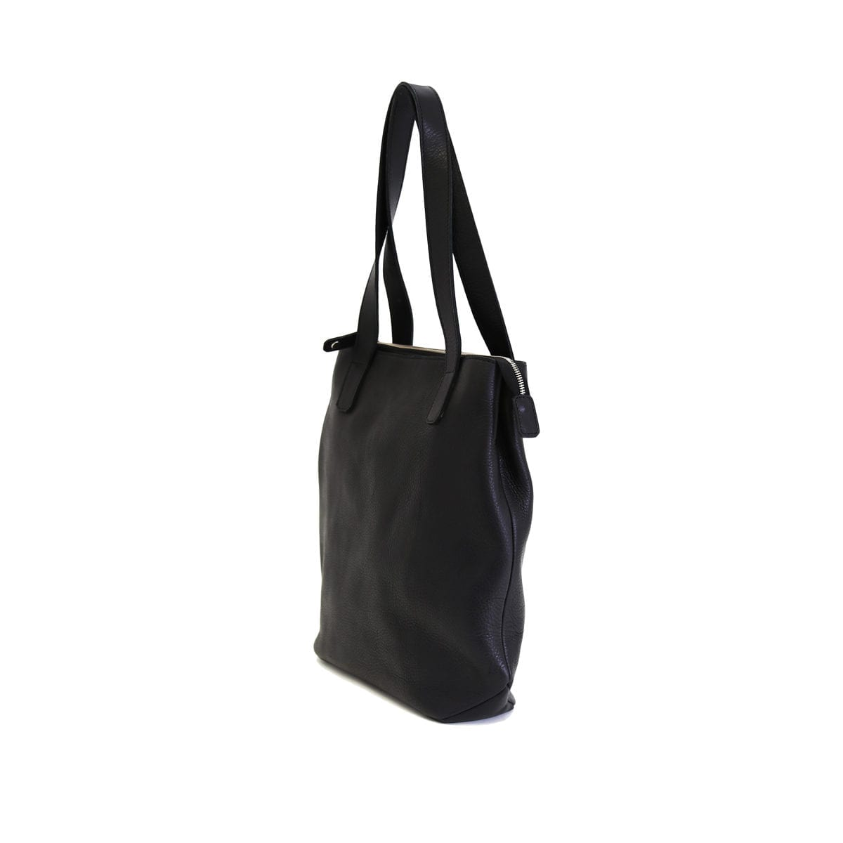 LUMI Lars Open Tote, in black, is created using vegetable tanned leather.