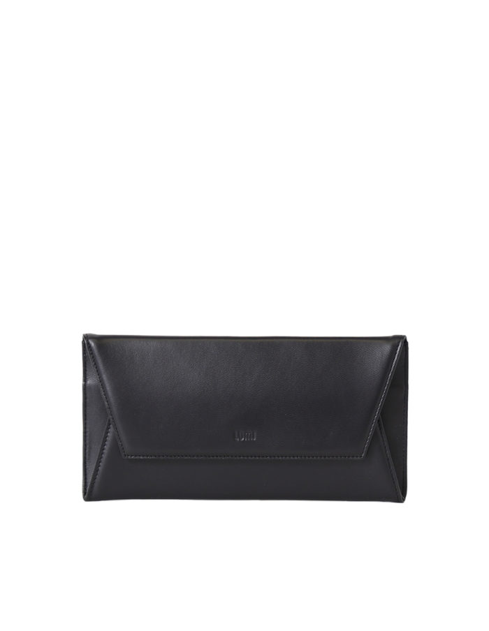 LUMI Talvikki Envelope Wallet in classic black. This wallet is perfect for daily use to safe-keep your cards and cash. Or use it as a clutch with your evening wear. The wallet is handmade from lovely and soft sheep napa leather, which makes it beautiful to hold in your hand.