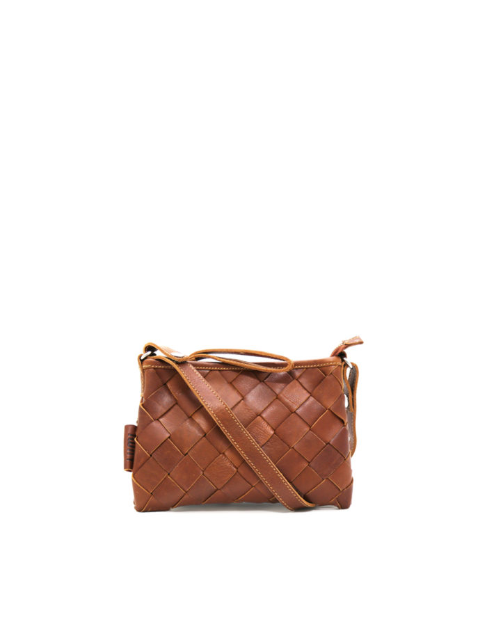 LUMI Toarie Woven Clutch Small, in cognac.