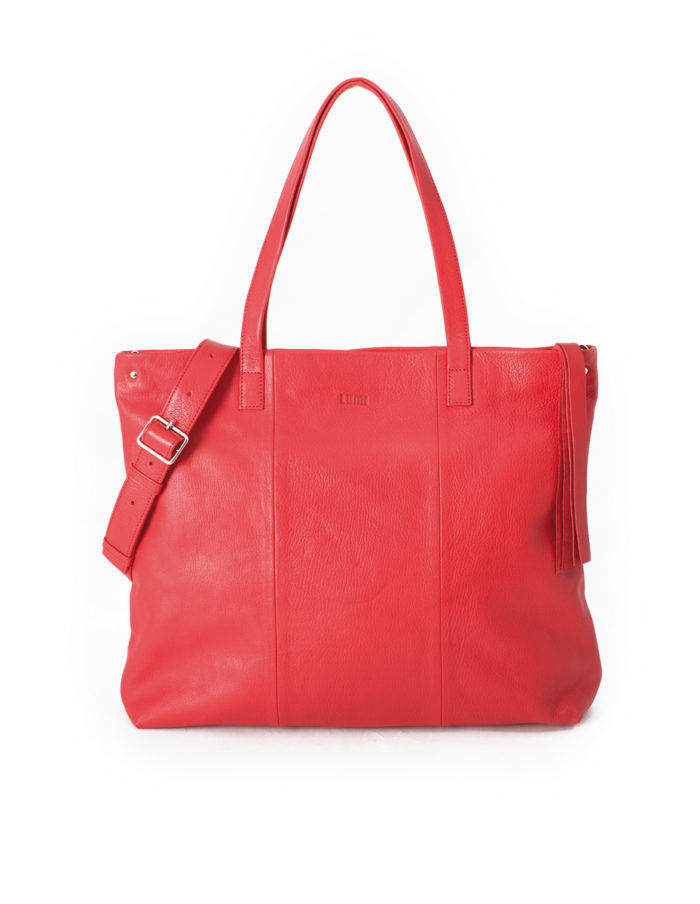 LUMI Hanna U Tote, in coral, is made of vegetable tanned goat leather. Chemical free dyeing. This luxuriously spacious bag that can carry your work necessities AND looks good while strolling around town.