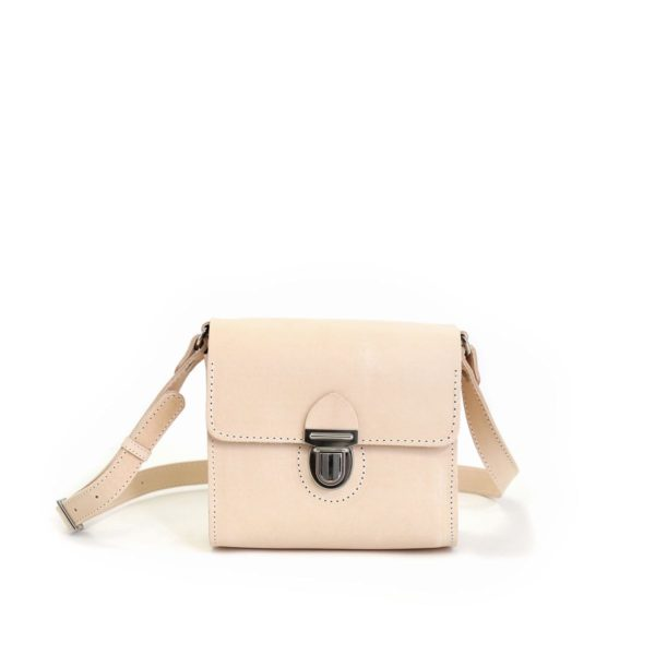 LUMI Hilla Messenger Bag is created using natural vegetable tanned cow leather.