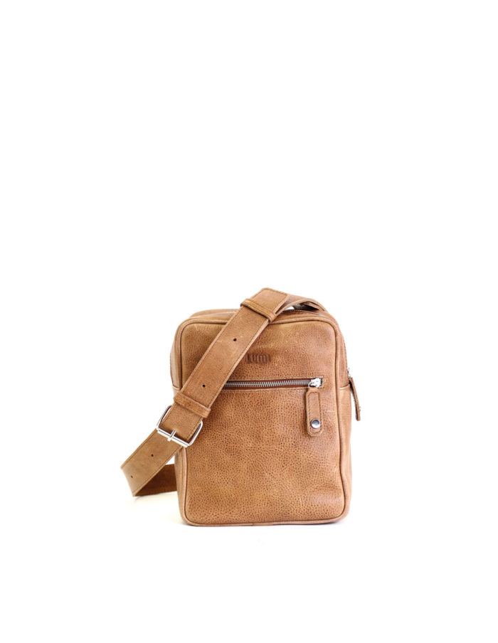 LUMI Björn Messenger, in beige, is created using vegetable tanned leather.