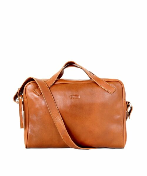 LUMI Hilma Solid Laptop Bag in beautiful cognac. This functional and stylish bag ticks all the boxes for a business bag – for men and women. Hilma fits a 13″ laptop and the light padding keeps it safe.