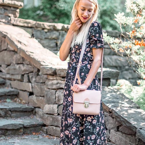 Lifestyle and travel blogger Camilla Toivonen with LUMI Hilla Messenger Bag.